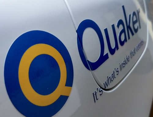 Quaker Binol bildekor – Montering av diskret logotyp
